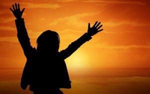 פוסט איזון הצ'אקרות עם קערות קריסטל ומסרים חיובים – לנשים